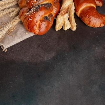 Croissant e pastelaria com grama de trigo
