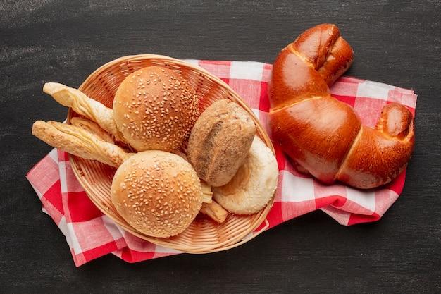 Croissant e pastelaria na toalha de mesa