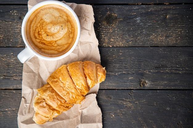 Croissant e xícara de café porção fresca pronta para comer refeição lanche na mesa cópia espaço comida
