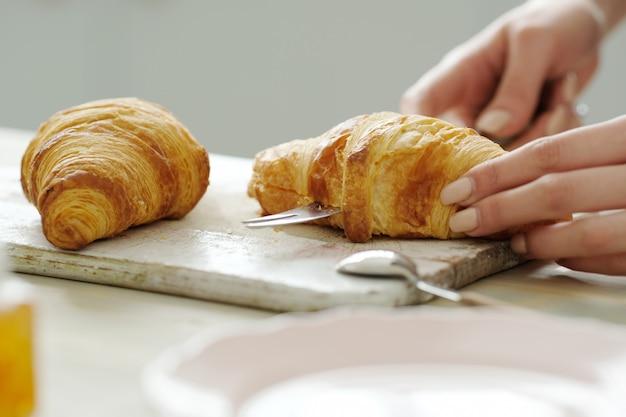 Croissant em uma placa de madeira