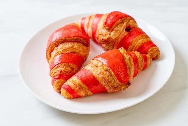 Croissant fresco com molho de geleia de morango no prato