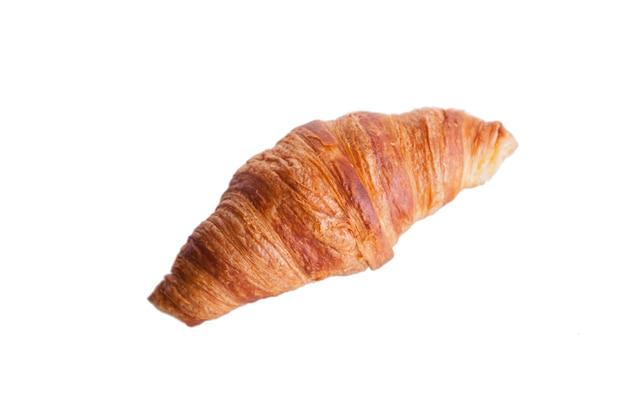 Croissant fresco e saboroso sobre fundo branco. crosta dourada.