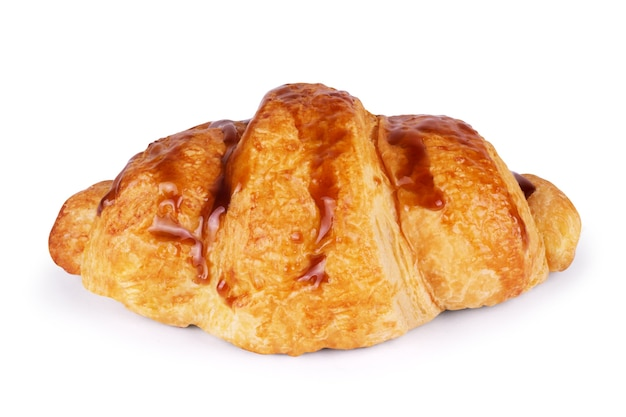 Croissant fresco isolado no fundo branco