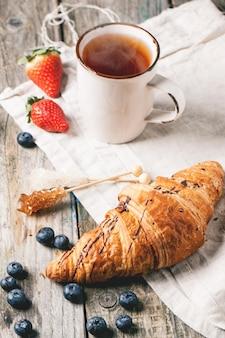 Croissant, leite e frutas