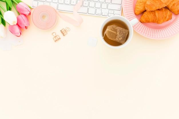 Croissant no café da manhã do escritório com cópia-espaço