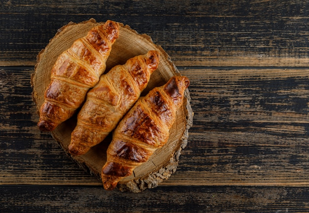 Croissant plana colocar na tábua de madeira e