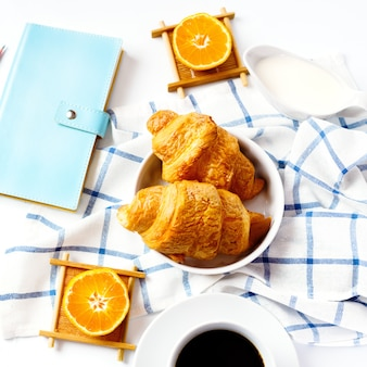 Croissant saboroso cozido fresco no café da manhã