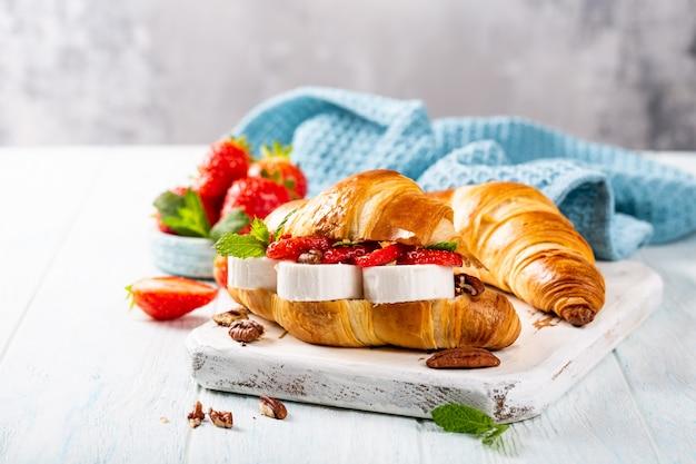 Croissant sanduíche com queijo de cabra
