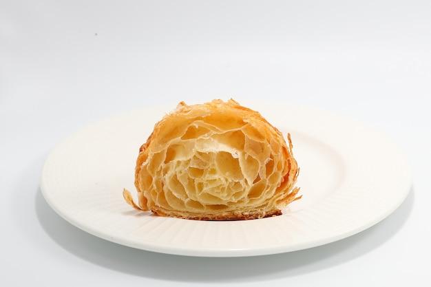 Croissant tradicional recém-assado cortado em duas partes