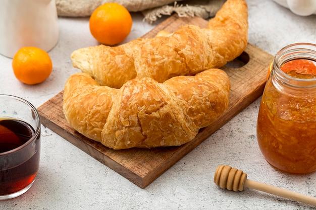Croissants caseiros de close-up com geléia