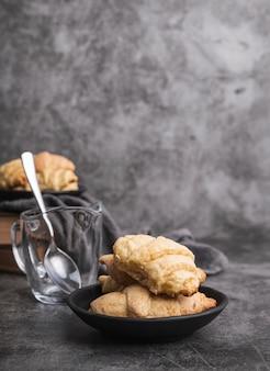 Croissants caseiros de close-up em um prato