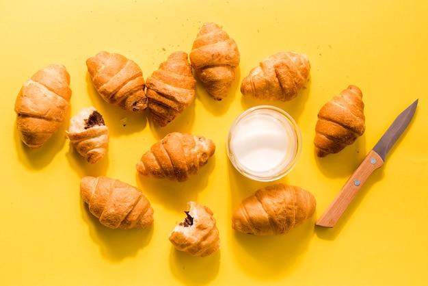 Croissants caseiros de vista superior com leite orgânico