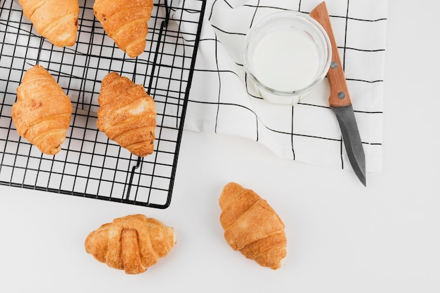 Croissants caseiros de vista superior com leite