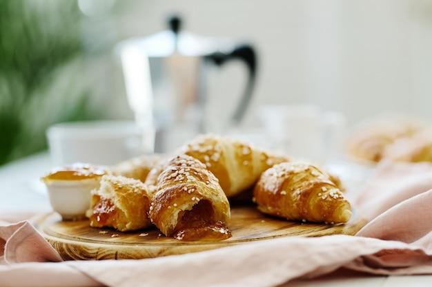 Croissants cheios de geléia