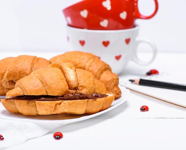 Croissants com chocolate num prato branco