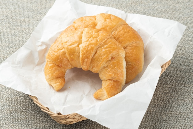 Croissants com mirtilos frescos.
