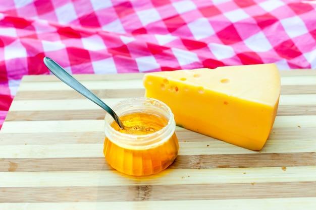 Croissants com queijo e mel