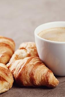 Croissants com uma xícara de café