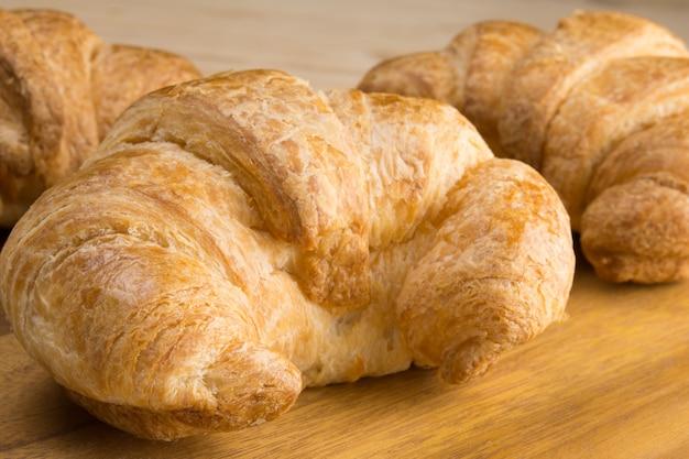 Croissants cozidos na placa de madeira
