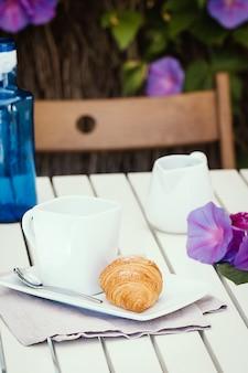 Croissants deliciosos com xícara de café