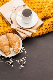 Croissants e café de alto ângulo