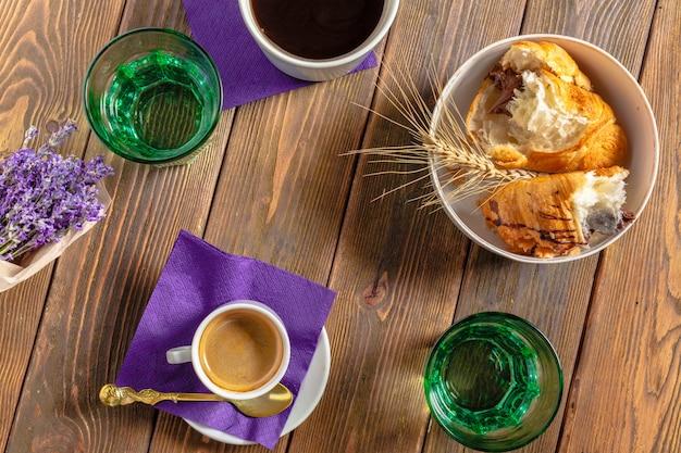 Croissants e café no café da manhã
