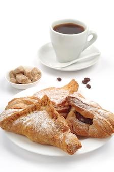 Croissants e café no fundo branco