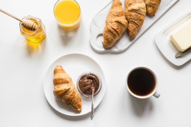 Croissants e chávena de café acabados de fazer. pequeno-almoço francês.
