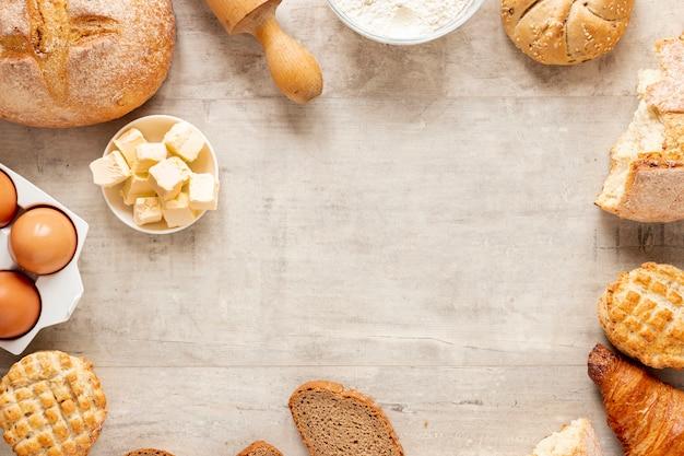 Croissants e moldura de pão com espaço de cópia