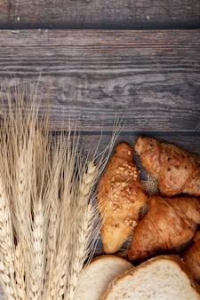 Croissants e pães na mesa de madeira velha