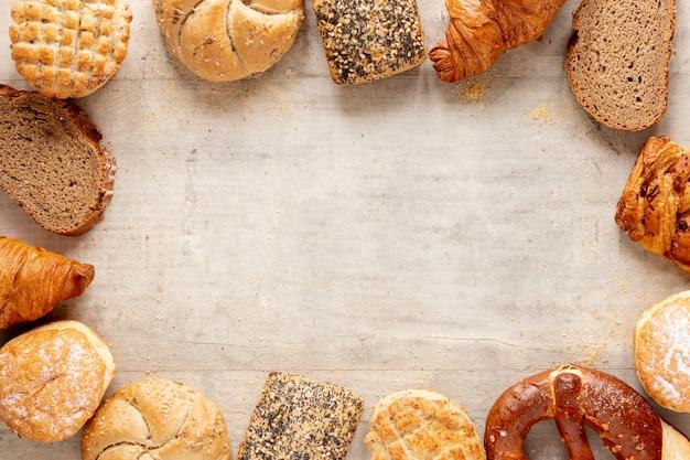 Croissants e pão com espaço de cópia