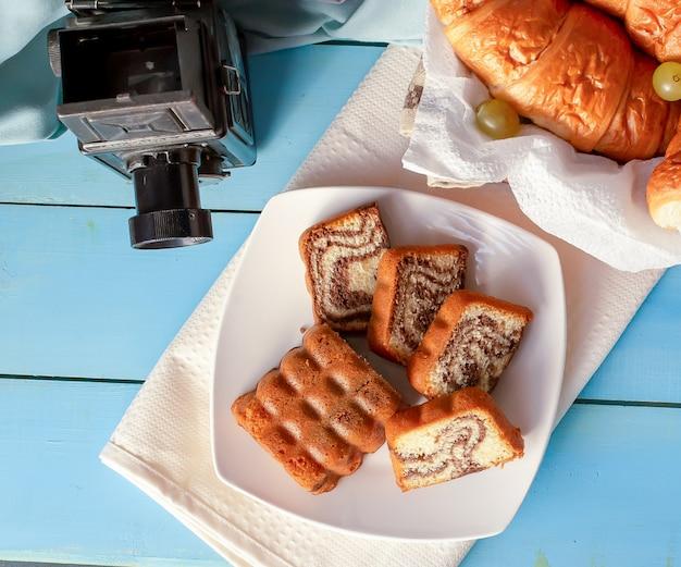 Croissants e torta de baunilha em cima da mesa.