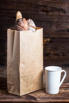 Croissants em elaborar o pacote em um fundo branco. fresco
