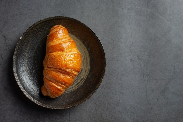 Croissants em fundo preto.