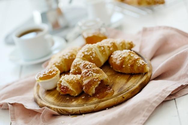 Croissants em uma bandeja