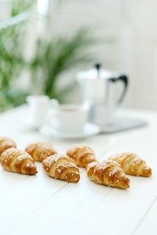 Croissants em uma mesa