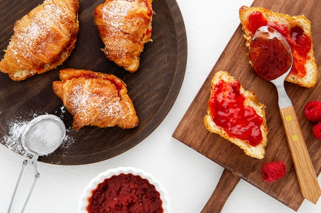 Croissants franceses e geléia de morango