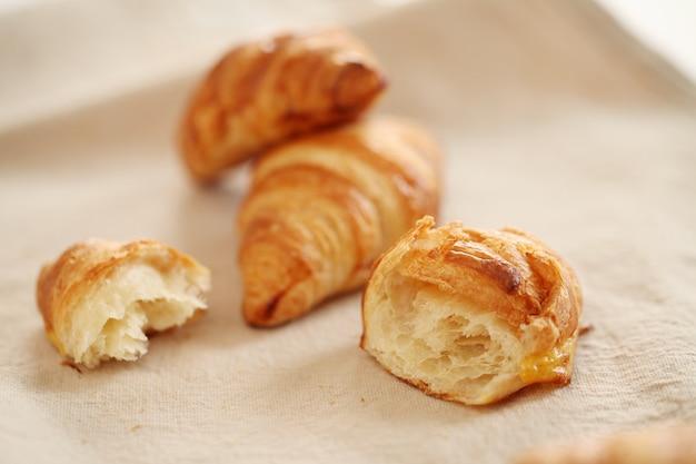 Croissants franceses frescos numa toalha de mesa
