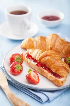 Croissants frescos com geléia e morango no café da manhã