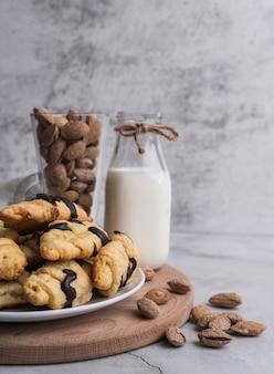 Croissants frescos de vista frontal com leite