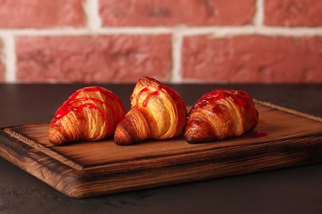 Croissants frescos. doces pastéis franceses.