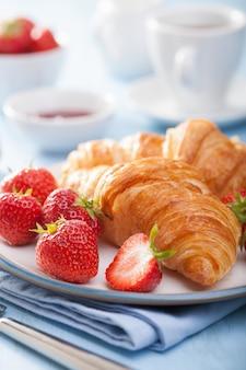 Croissants fresquinhos com geleia e morango no café da manhã