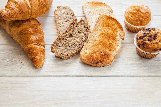 Croissants, muffins e pão torrado