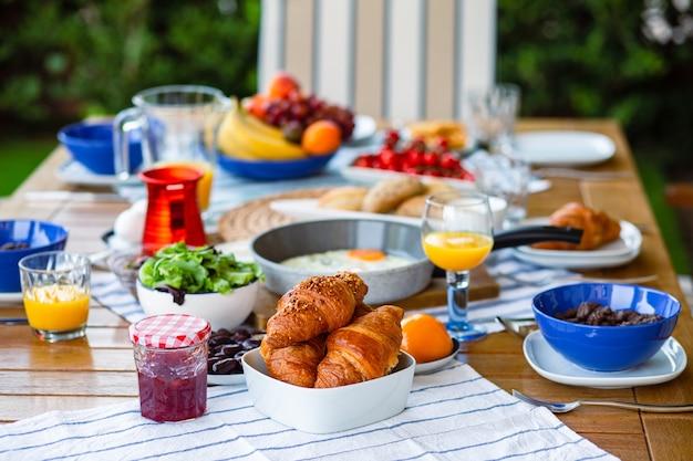 Croissants na mesa com geléia café da manhã na mesaworld food day suco de laranja no café da manhã