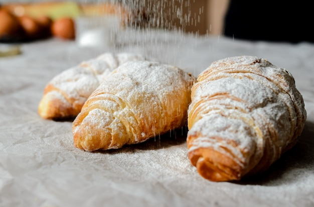 Croissants na toalha de mesa