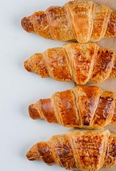 Croissants plana colocar no saco de papel e branco
