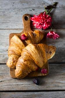 Croissants planos leigos com frutas da floresta