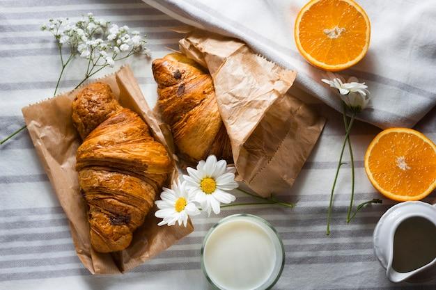 Croissants planos leigos com laranjas fatiadas
