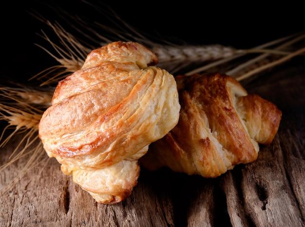 Croissants saborosos no fundo de madeira.