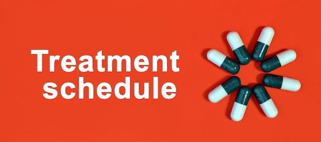 Cronograma de tratamento - texto branco sobre fundo vermelho com cápsulas de comprimidos